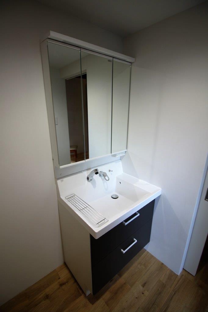 洗面化粧台。洗面スペースも広々としています。