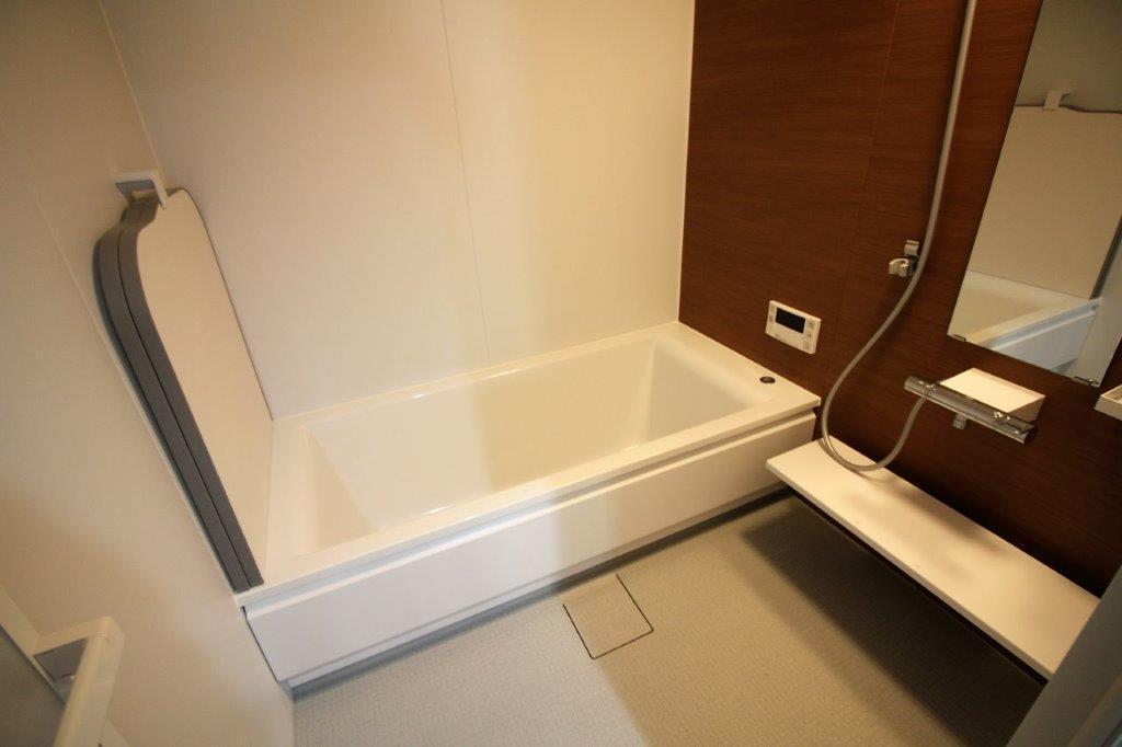 賃貸仕様ではなく、戸建や分譲マンションのグレードの広々としたお風呂。