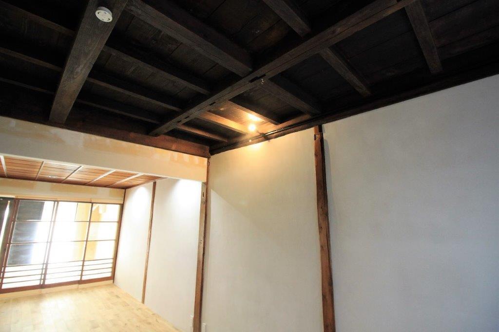 既存の梁をむきだしにした1階天井。