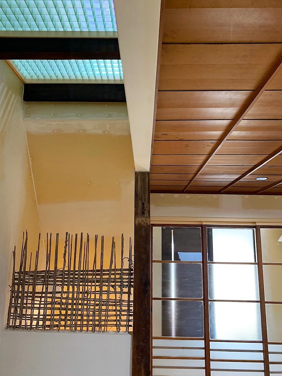 クリアな素材を用いた2階廊下からの光が降り注ぎます。