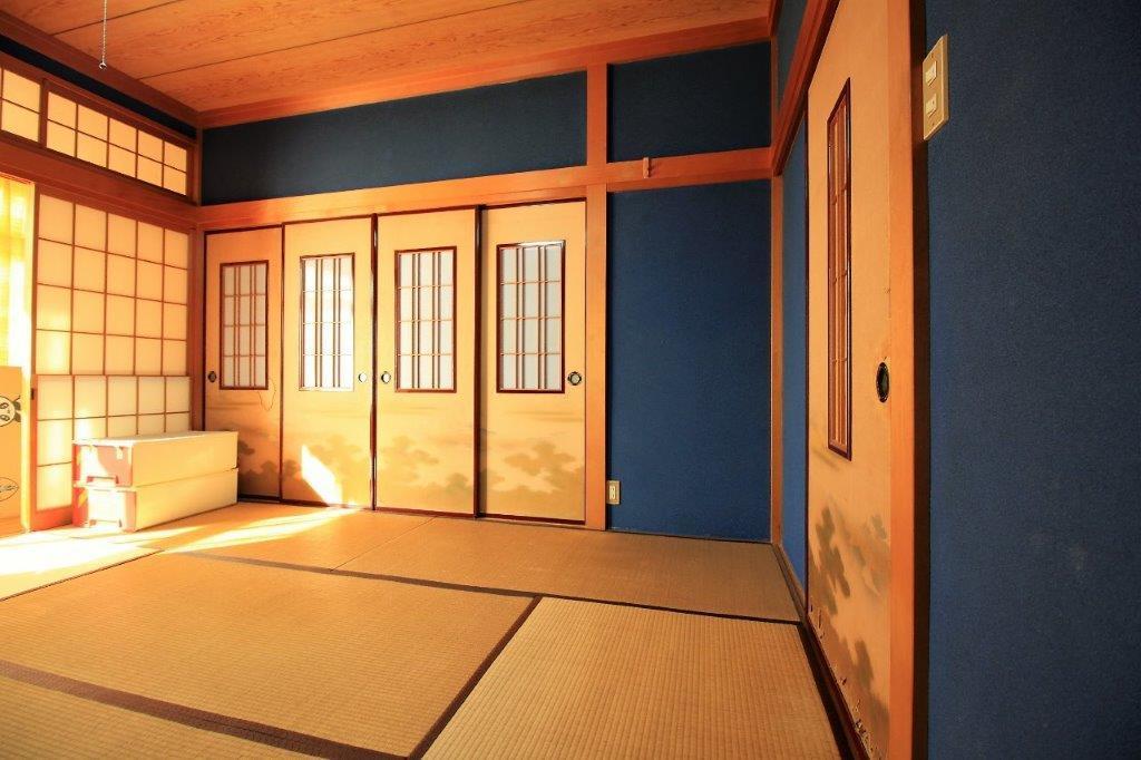 1階:ダイニング隣の和室。金沢町家でよく使われるこだわりのブルー(群青色)の塗り壁。