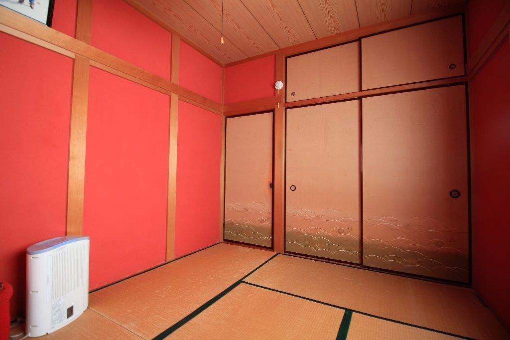 1階:6帖の和室。こちらはレッド(弁柄色)の塗り壁。