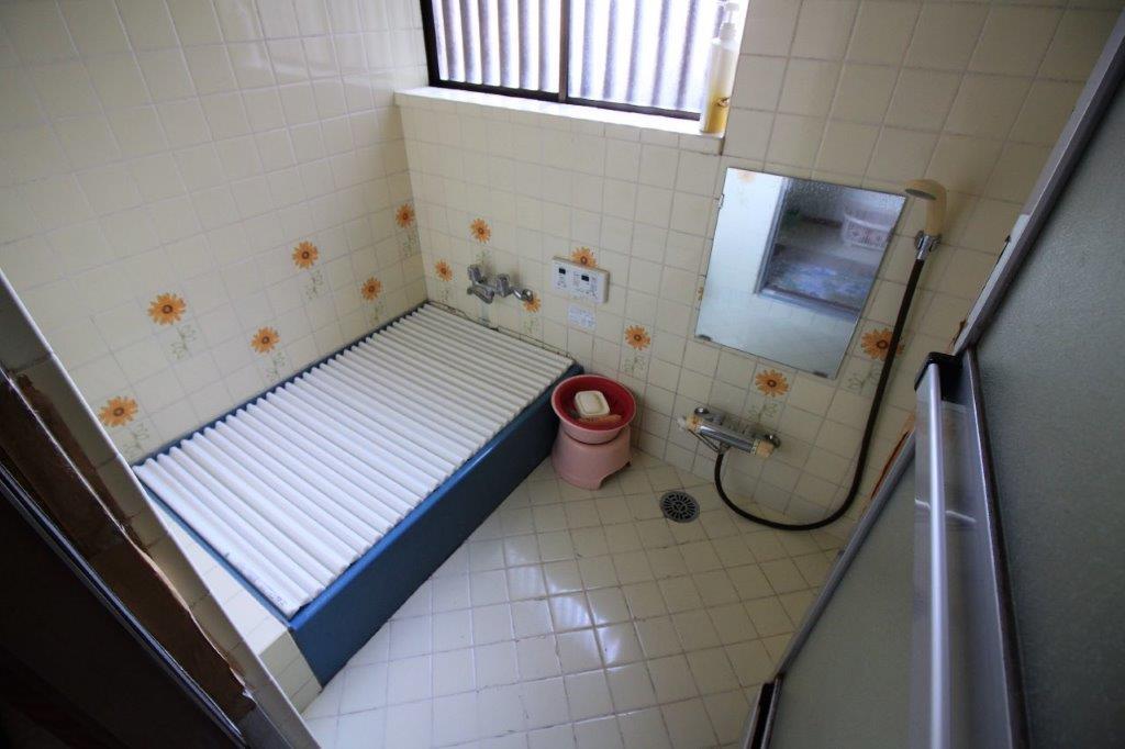 浴室。壁タイルがレトロです。