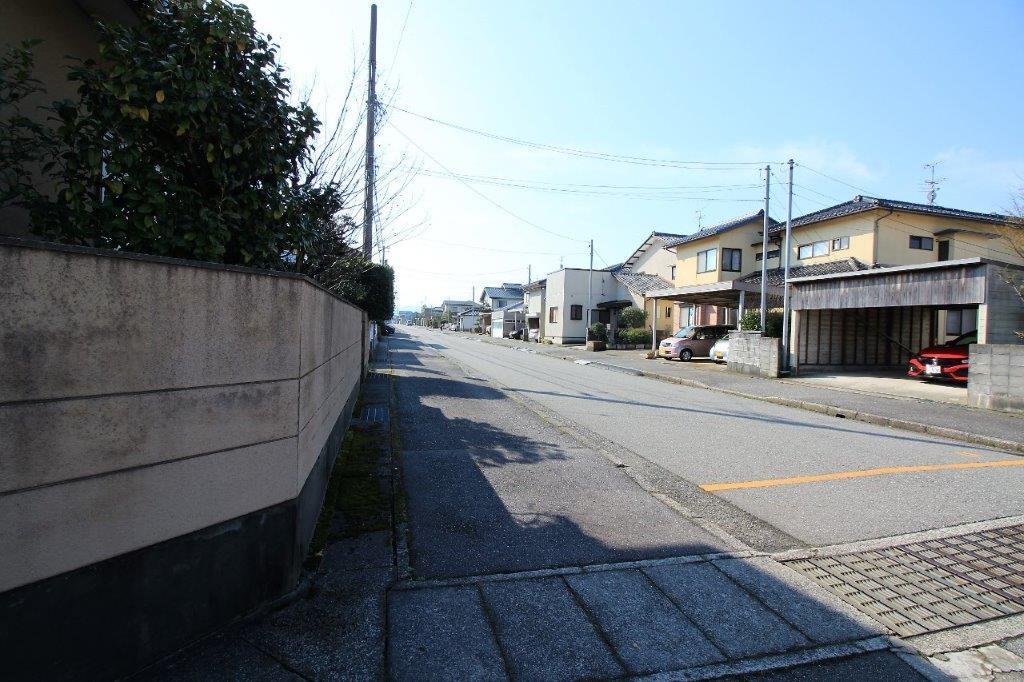 歩道もある広々とした前面道路。
