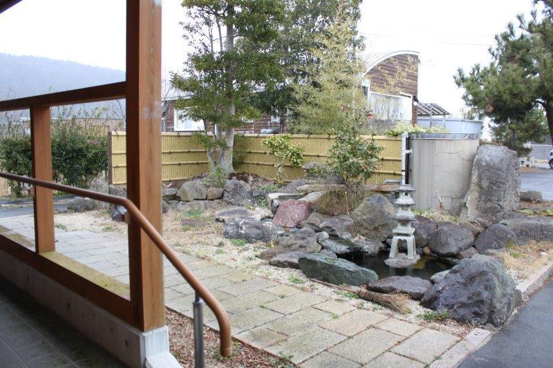 玄関側にもお庭。こちらは和風です。