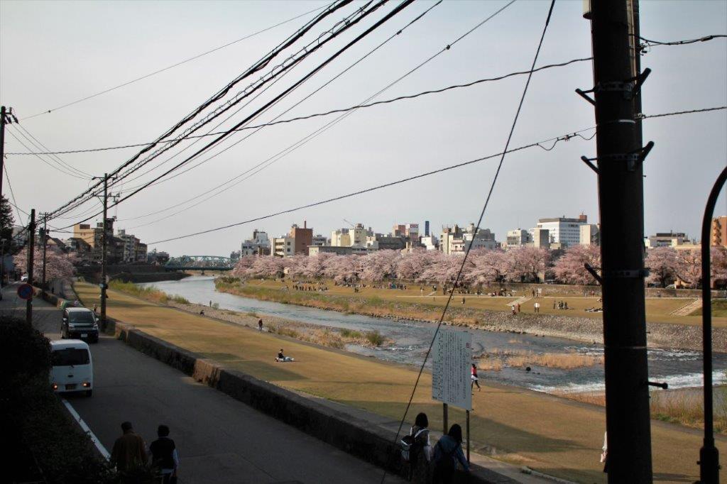 バルコニーからの眺望。犀川大橋方面
