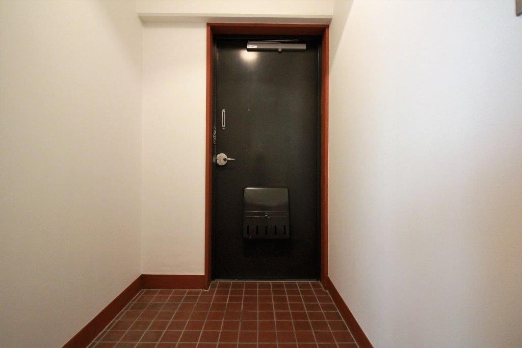 玄関。レトロなドアノブと床タイルがたまらない
