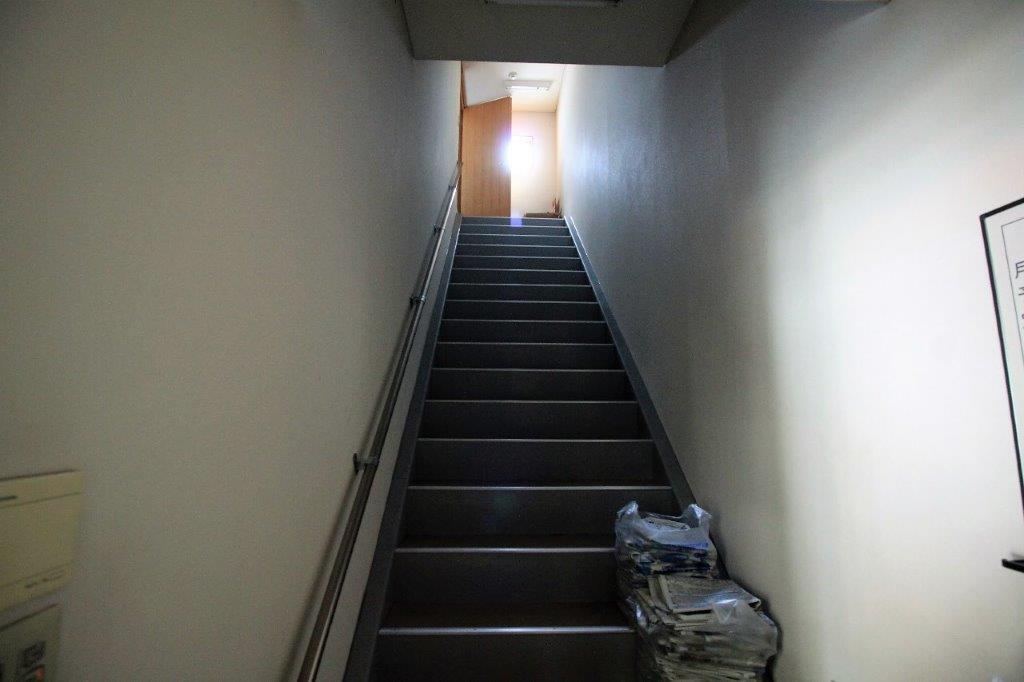 バックヤードの専用階段。