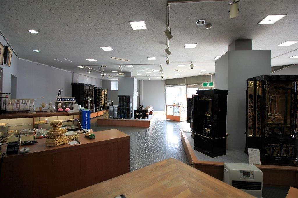 展示品があってわかりづらいですが、広いスパンの空間です。