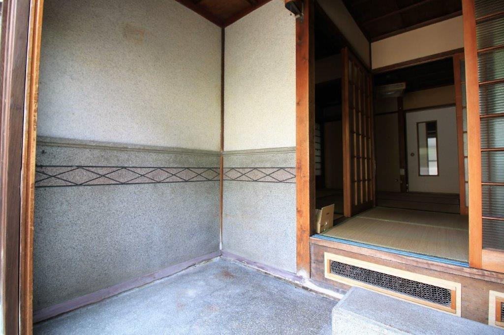 広々とした玄関。腰壁の模様がノスタルジー