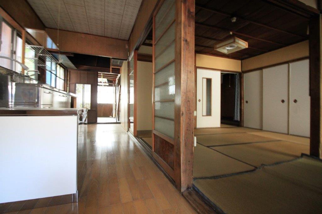 台所から部屋全体。開放的な空間です。