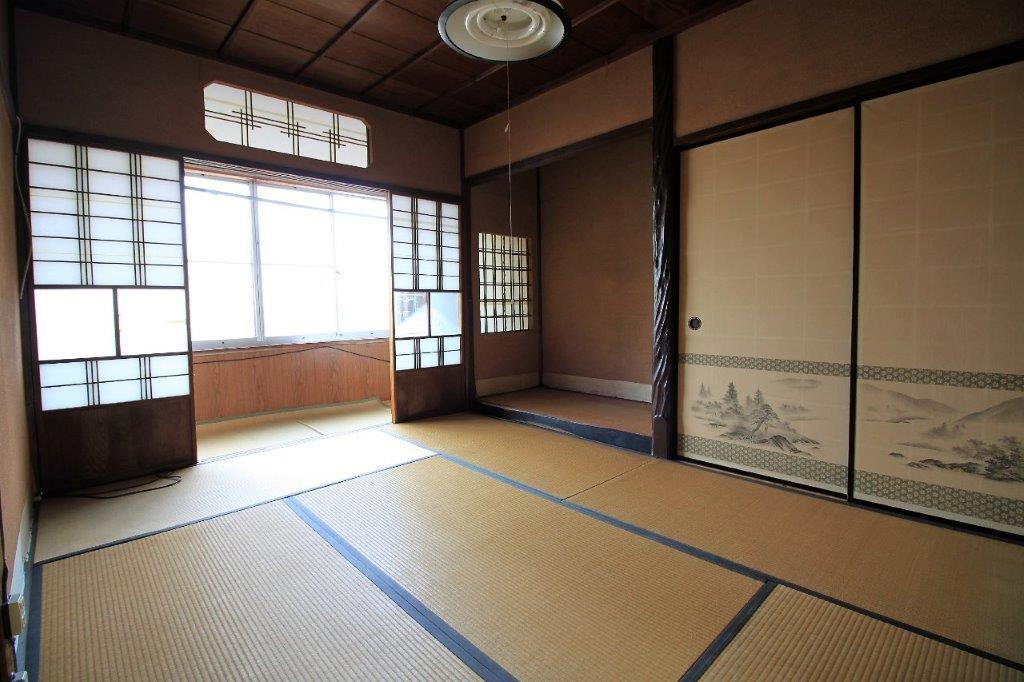 2階西側和室。床の間、縁側あり