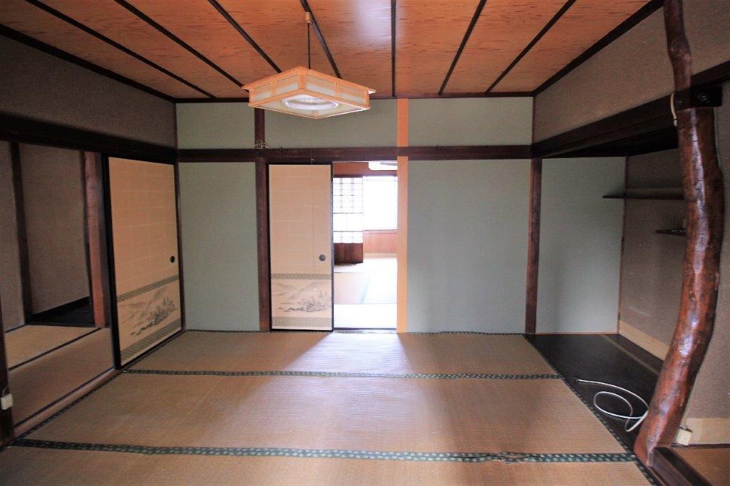 2階東側の和室。触りたくなる湾曲した床柱が良い。