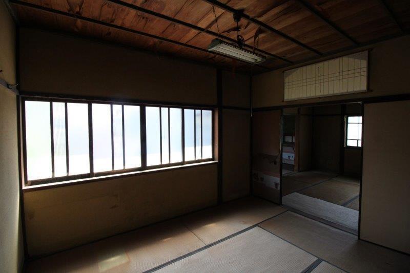 2階6畳間。窓もかわいらしい。
