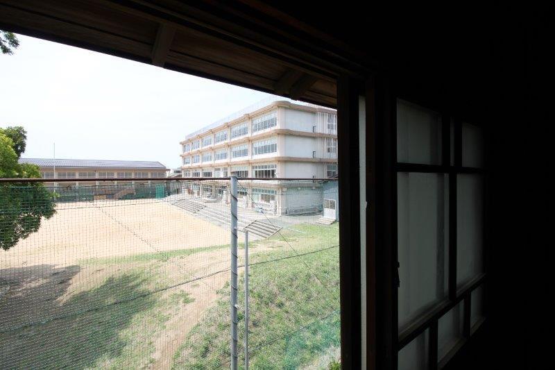 後ろは旧小学校です。