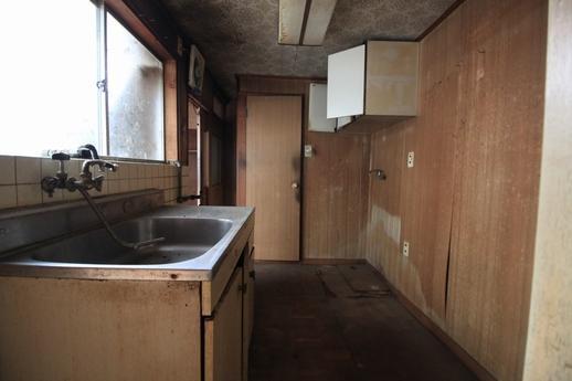 1階キッチン部分、その奥にトイレ。