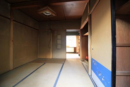 1階奥から玄関への眺め。