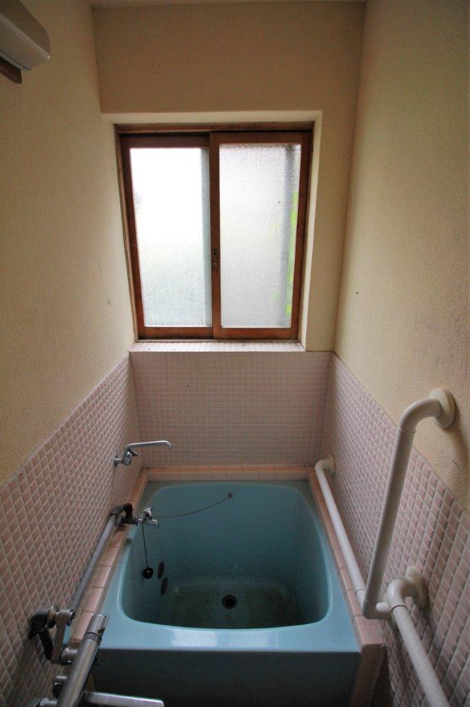 お風呂。狭いですが、窓あり。