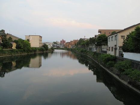 小橋からみた浅野川。たゆたゆと趣があります。
