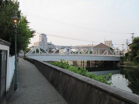 夕方になるとガス灯がともります。奥に見えるのが小橋。