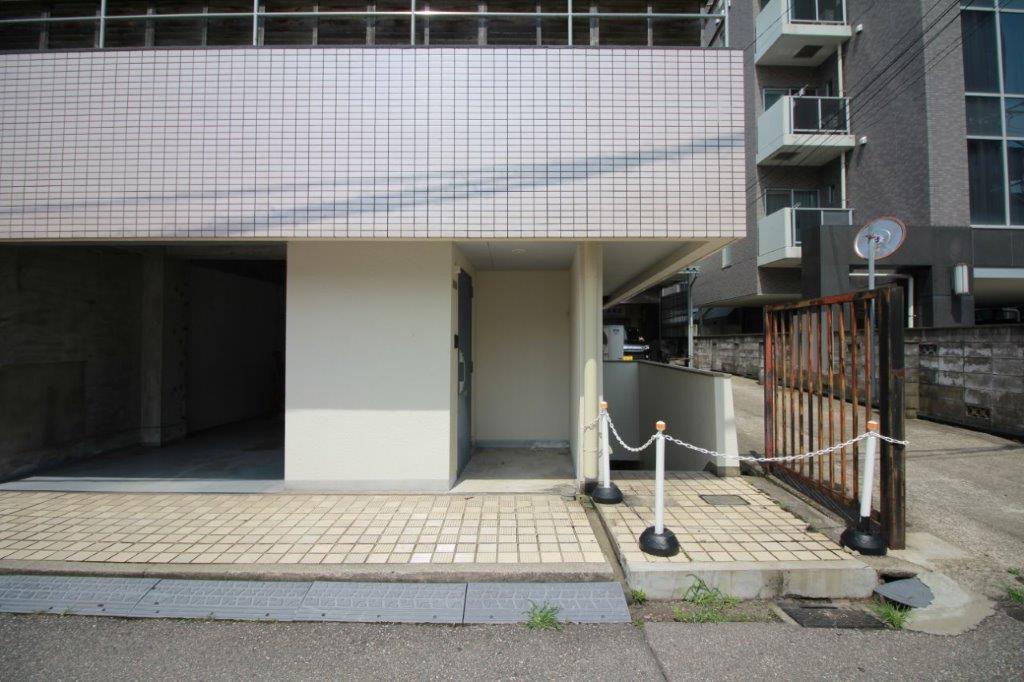 玄関。建物正面右角のお部屋