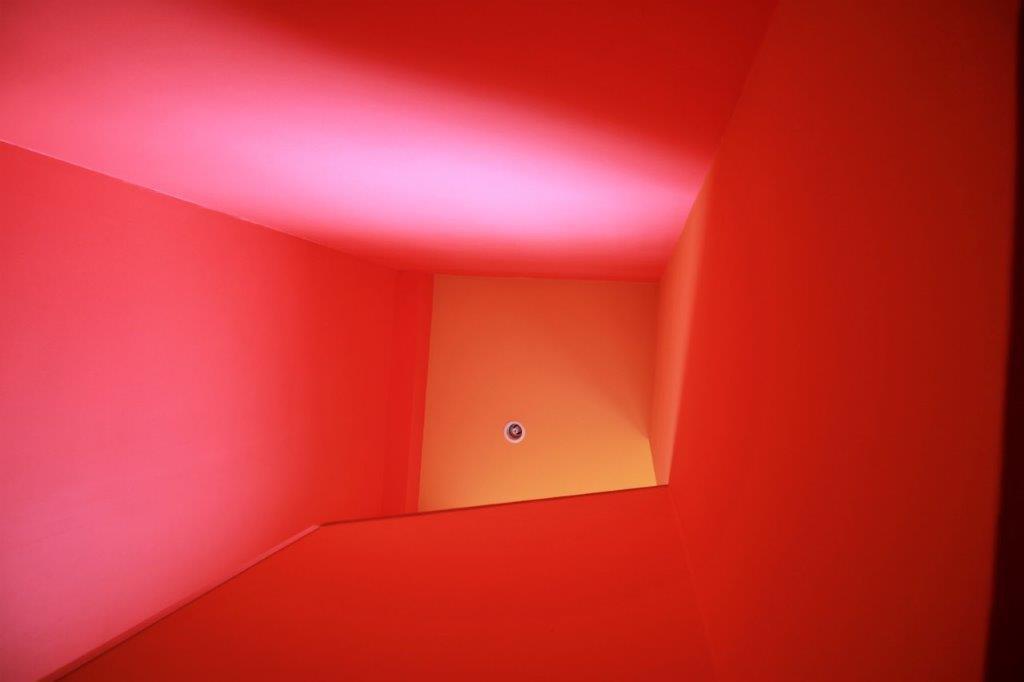 階段の天井もオレンジとイエロー