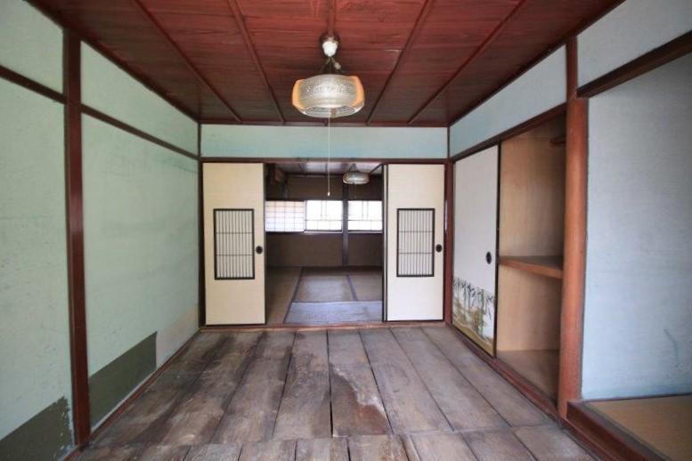 淡い水色の壁に弁柄色の天井が映えます。