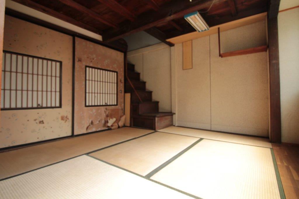 道路側の1階の和室。デカいフスマを生かしたい。