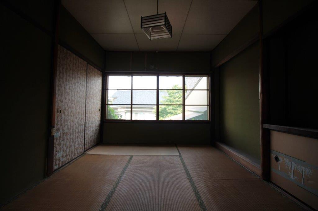 庭側の和室(6帖)。大きな窓が良い感じ。左側の襖の奥は、納戸です。