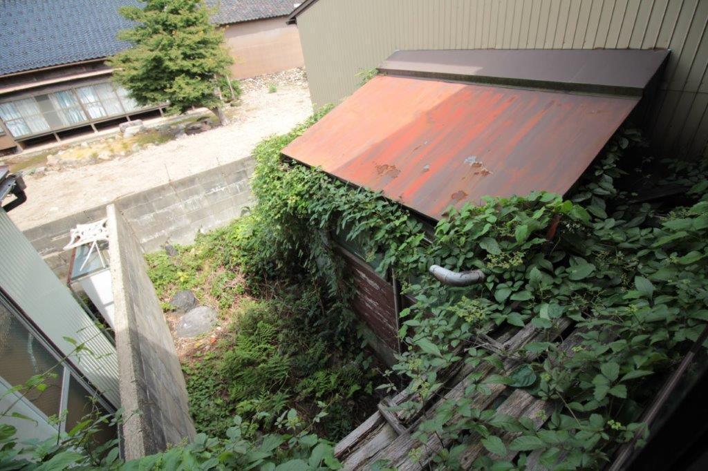 2階の窓から。裏庭とトイレ。お寺のおかげで意外と抜け感、あります。