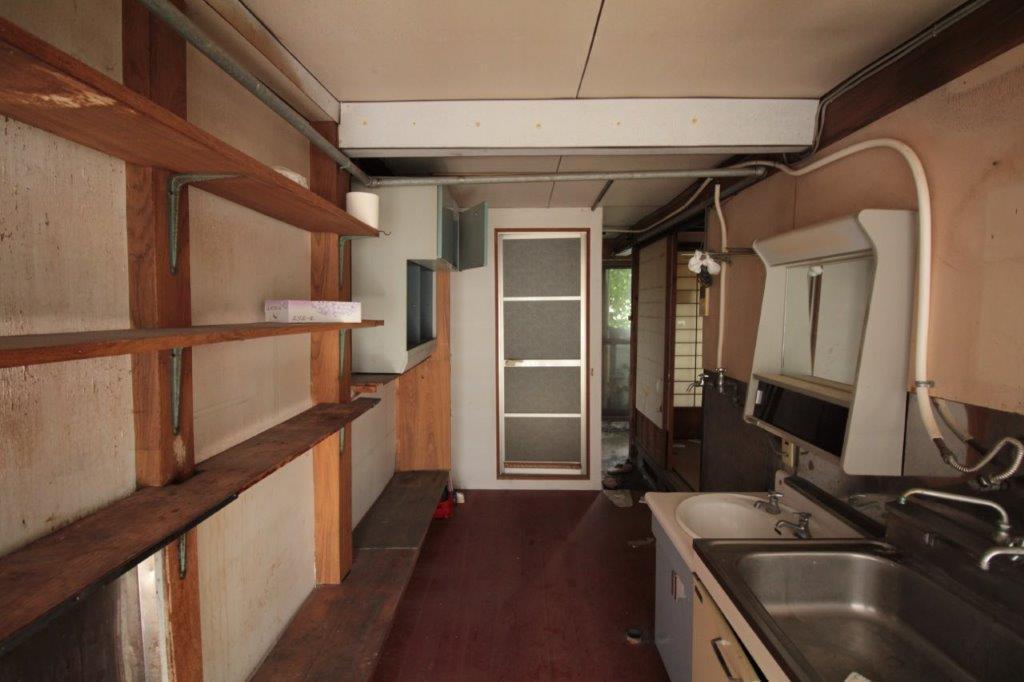 台所スペース。キッチンシンクと洗面台が横並び。