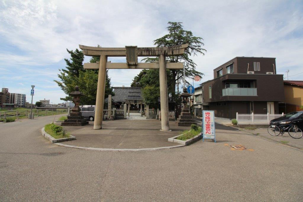 犀川神社の大きな鳥居。