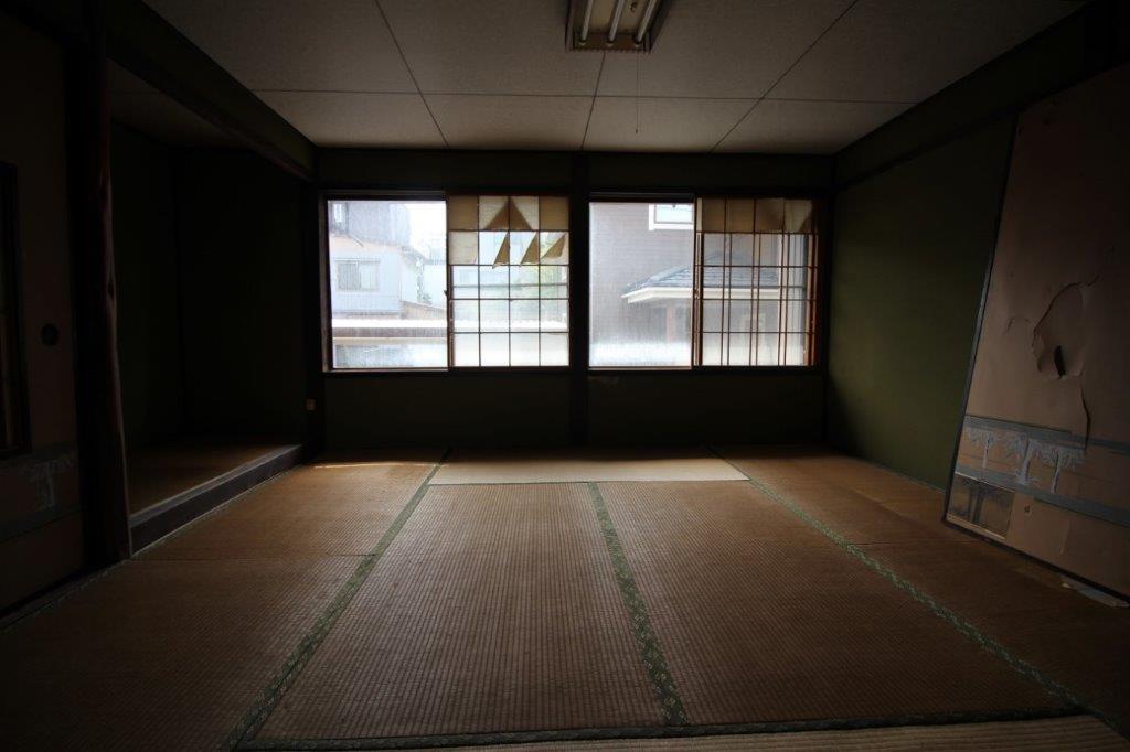 道路側の2階の和室(8帖)床の間もあります。