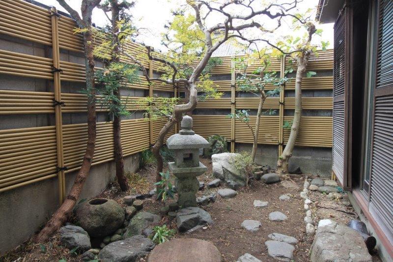 庭。2つの和室から見えます。