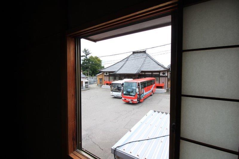 裏はお寺の駐車場です。