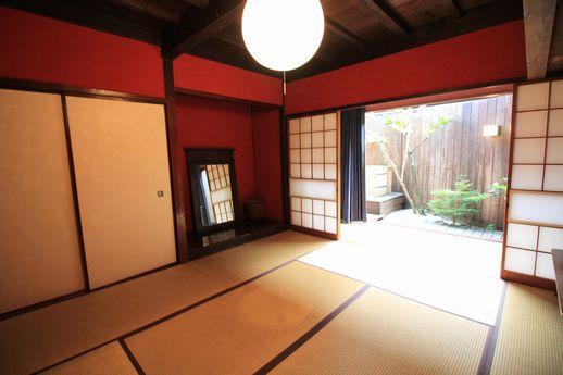 1階奥の縁側のある和室、採光がたっぷり取れます。