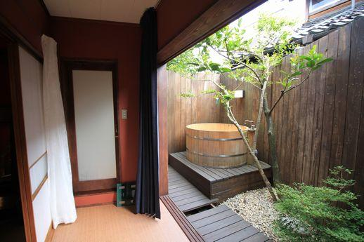 目玉はなっといっても露天風呂のある坪庭。まさかのビックリ!