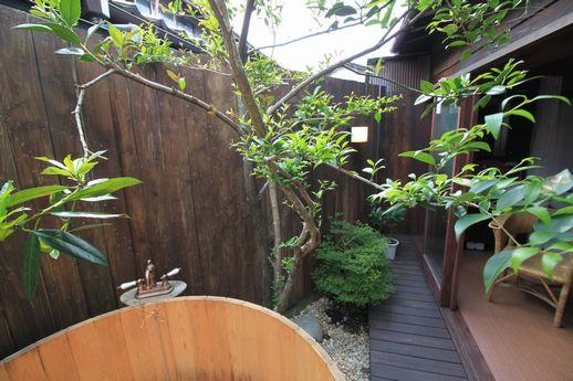 植栽の緑と塀のブラウンのコントラストが素敵。