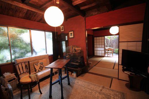 玄関入ってすぐの居間。畳の部屋だけど素敵な雰囲気。