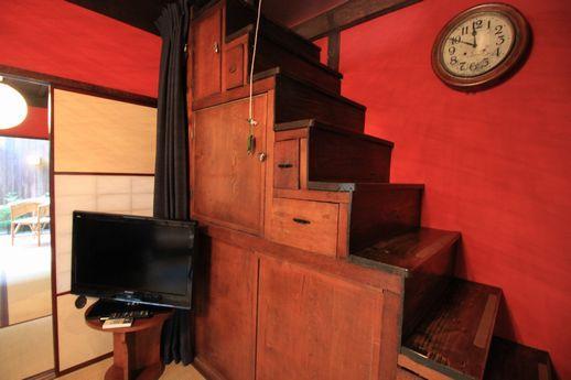 飴色の箱階段が雰囲気出してますー。