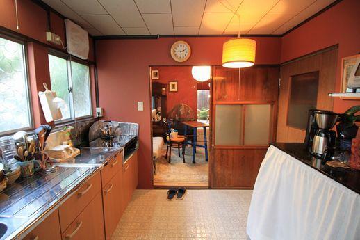 古さを感じない温かみのあるキッチン。