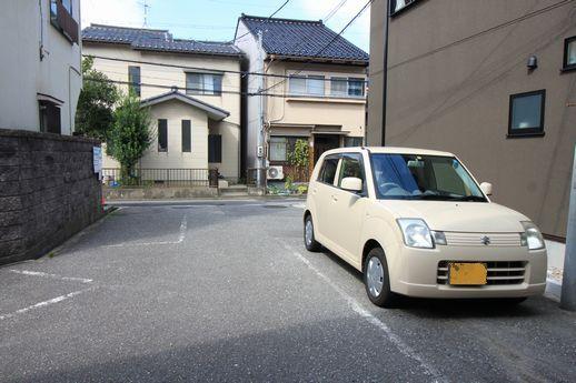 前面道路付近。駐車場1台5000円で停められます。