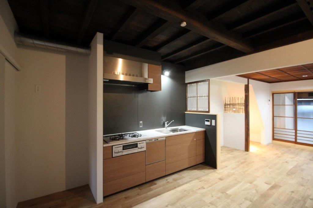 既存の天井と、大きなシステムキッチンのコントラスト