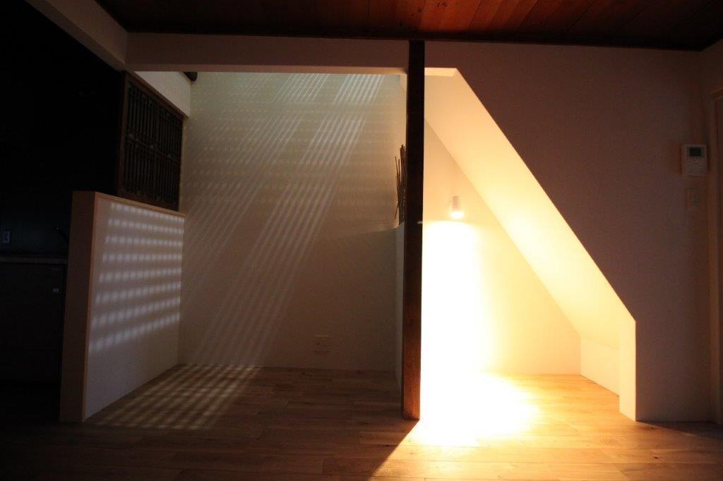 階段下の空間。夕暮れ時、2階の窓からの光と照明の具合が良い感じでした。