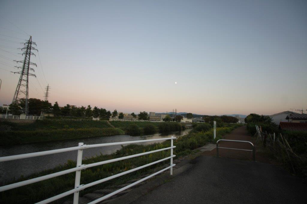 近くには浅野川が流れています。仕事の息抜きに、散歩するのはいかが?