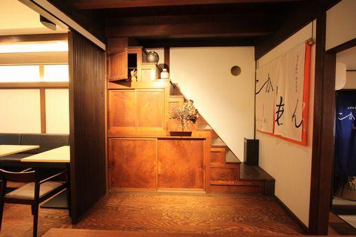 そして、この飴色の箱階段。