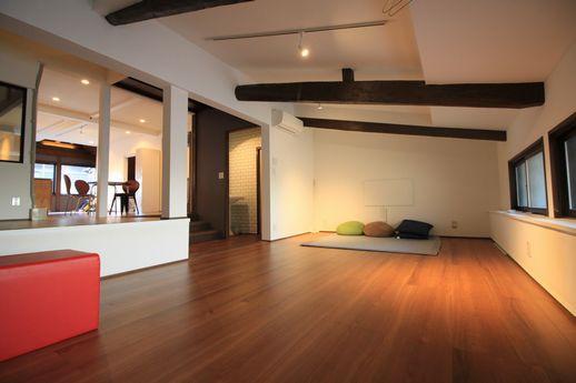 2階奥はリビング空間。床暖房も完備。