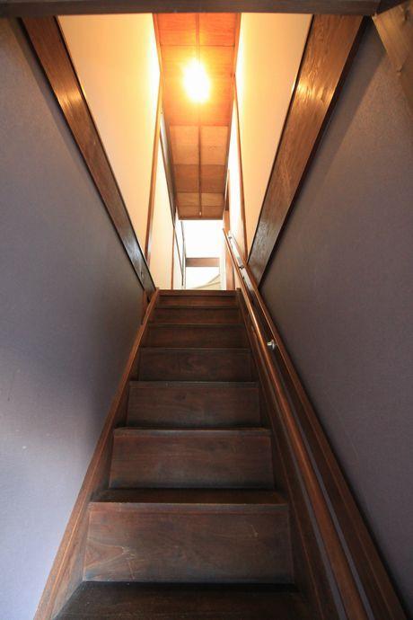 さらに3階へと繋がる階段。