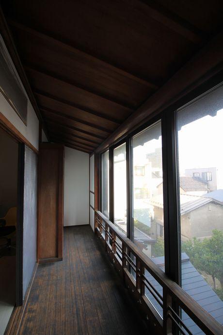 3階窓には縁側。
