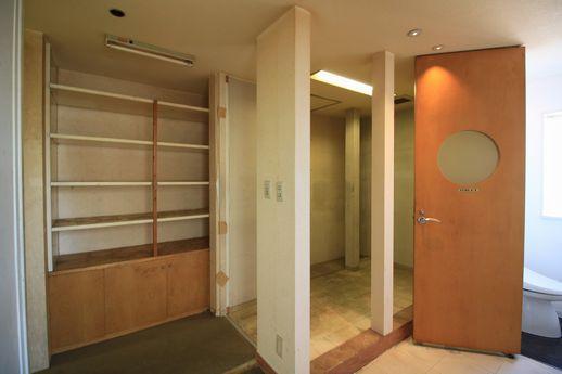 バックヤードのさらにバックヤードには備え付けの棚とトイレ